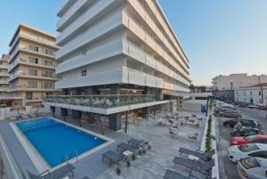 Der Swimmingpool an oder in der Nähe von Alexia Premier City Hotel