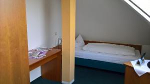 Ein Bett oder Betten in einem Zimmer der Unterkunft Hotel Fährhaus Niederkleveez