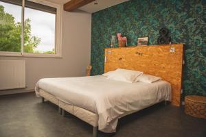 A bed or beds in a room at Le Jardin de la Reyssouze