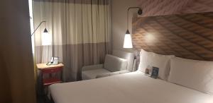 Cama ou camas em um quarto em IBIS Carlos Barbosa
