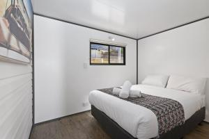 A bed or beds in a room at BIG4 Apollo Bay Pisces Holiday Park