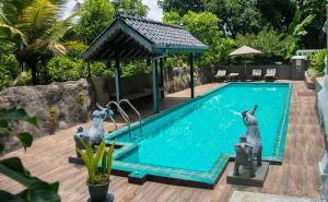 The swimming pool at or close to Manor House-Kandy