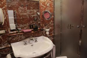 A bathroom at Hotel Bucintoro