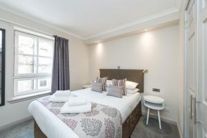 A bed or beds in a room at Modern 1 bedroom apartment in West End of Edinburgh