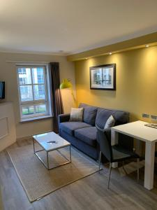A seating area at Modern 1 bedroom apartment in West End of Edinburgh