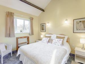 A bed or beds in a room at Blossom's Cottage
