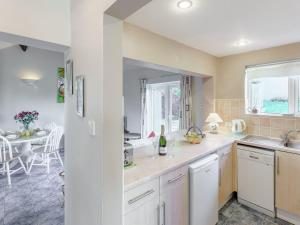 A kitchen or kitchenette at Blossom's Cottage