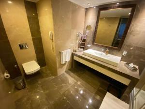 A bathroom at Kolin Hotel