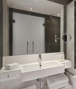 A bathroom at Hyatt Regency Paris Etoile