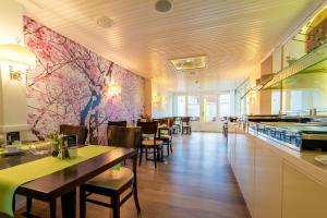 Un restaurante o sitio para comer en Hotel zum Kuhhirten