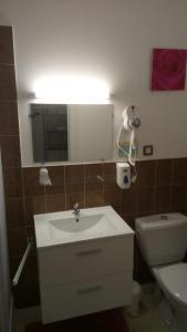 A bathroom at Hôtel Montespan