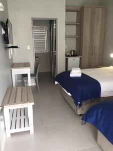 A bed or beds in a room at Kleinmond Lodge