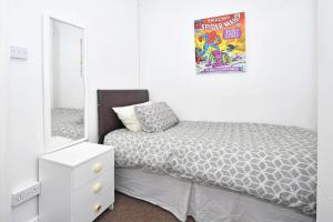 A bed or beds in a room at Townhouse @ 66 Rose Street Stoke