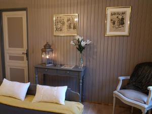 A bed or beds in a room at Manoir de l'Alleu