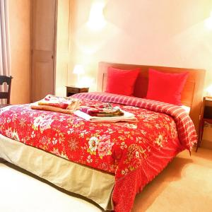 A bed or beds in a room at Logis Saint-Flaceau