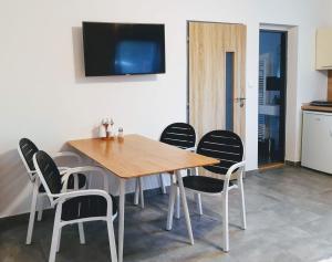 TV a/nebo společenská místnost v ubytování Do zahrady