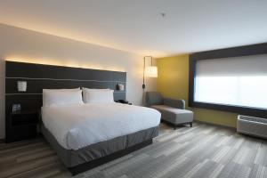 A bed or beds in a room at Holiday Inn Express - Oneonta, an IHG hotel