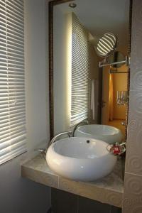 A bathroom at Theranda Hotel
