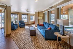 A seating area at Comfort Inn Fontana
