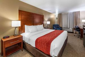 A bed or beds in a room at Comfort Inn Fontana