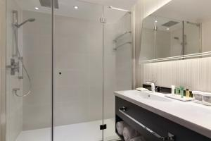 A bathroom at Hilton London Heathrow Terminal 4