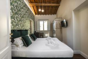 A bed or beds in a room at Parione Uno