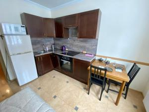 A kitchen or kitchenette at Rasskazovka Apartment