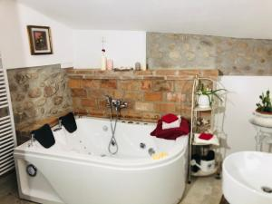 A bathroom at GardaBeds