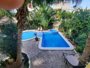 Ein Blick auf den Pool von der Unterkunft Hotel LunaSol oder aus der Nähe