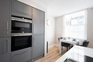A kitchen or kitchenette at 1 Bedroom Apartment Billerciay - Hosted by Space Apartments