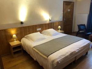 A bed or beds in a room at Golf du Rochat