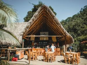 A restaurant or other place to eat at El Rio Hostel