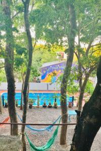 Una vista de la pileta en Hostel Park Iguazu o alrededores