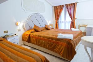 A bed or beds in a room at Hotel Tahiti