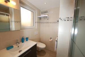 A bathroom at Villa Etoile Cannes