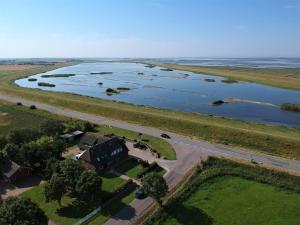 Blick auf Deichhus Nordseeliebe direkt am Deich - Nordsee - Dagebüll - Am Vogelreservat aus der Vogelperspektive