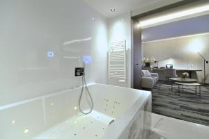 A bathroom at Hotel Charleroi Airport - Van Der Valk