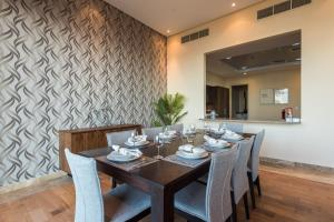A restaurant or other place to eat at Eden's Dubai - Rixos Residences