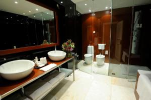 A bathroom at Radisson Blu Hotel Lisbon