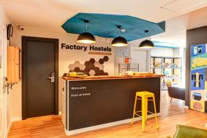 The lobby or reception area at Factory Hostels Barcelona