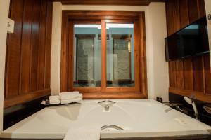 A bathroom at RatiLanna Riverside Spa Resort