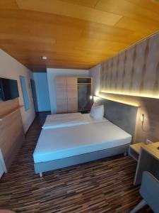 Ein Bett oder Betten in einem Zimmer der Unterkunft Landgasthaus Hubertusklause