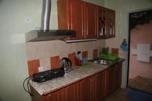 Кухня или мини-кухня в Гостевой Дом Чайка
