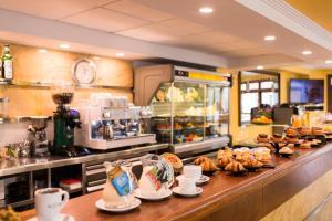 Un restaurante o sitio para comer en Hostal Ciutadella