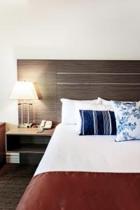 A bed or beds in a room at Bayshore Inn & Spa