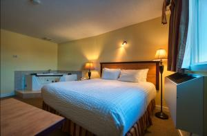 A bed or beds in a room at Park West Inn
