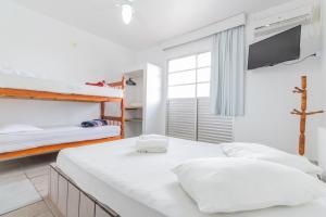 Uma ou mais camas em beliche em um quarto em Pousada Santa Ana
