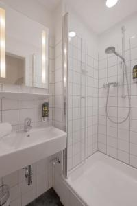 A bathroom at Beethovenhotel Dreesen - furnished by BoConcept
