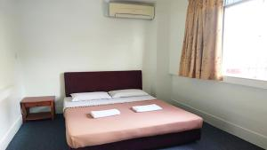 A bed or beds in a room at Borneo Gaya Lodge