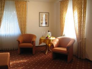 Ein Sitzbereich in der Unterkunft Hotel-Restaurant-Kolb